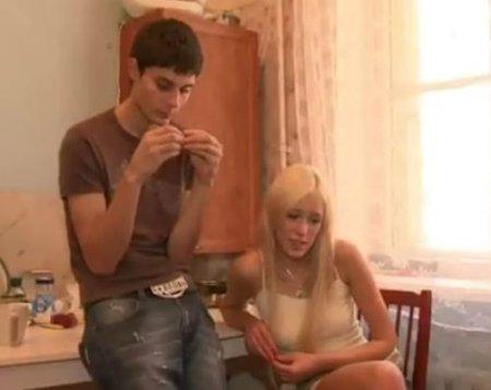 Блондинка переспала при парне с его лучшим другом и всё ради денег