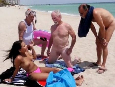 Три деда на нудистском пляже сняли на троих молодую девушку нудистку