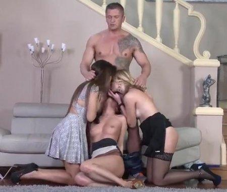 Кастинг-агент один с тремя девушками трахается в анальной групповухе