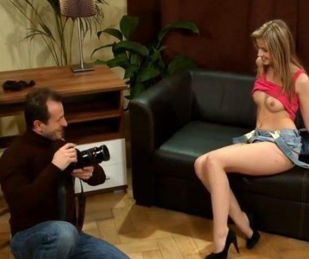 Фотограф возжелал красивое тело молодой модели и страстно выебал её