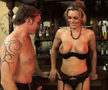 У бармена-официанта для красивой дамы в меню только вкусный член