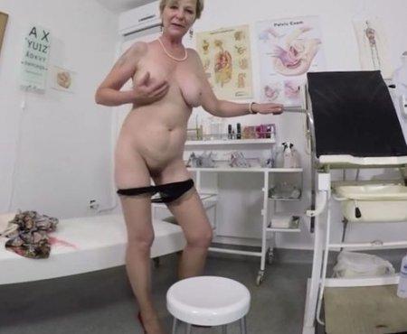 Развратное женское соло в кабинете гинеколога от годной сорокетки