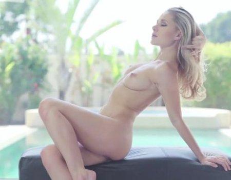 Эроролик sexy девушки с ангельской внешностью и красивым телом