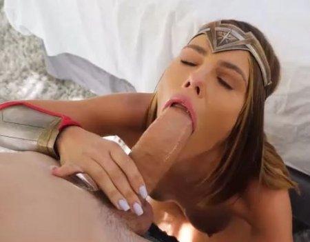 Голый косплей девушки в костюме супер героя с сексом на Хэллоуин