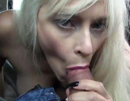 Блондинка показала сиськи за деньги и согласилась ебаться в машине