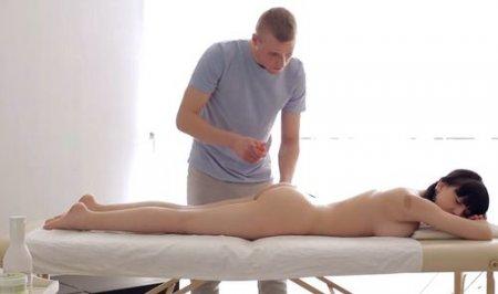 Девушка с сиськами трогает член массажиста напрашиваясь на секс