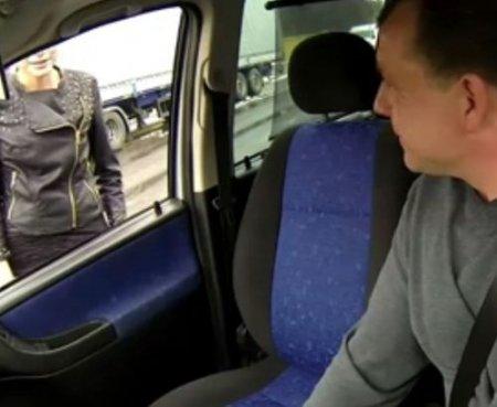 Скрытыми камерами снял любительский трах в машине с дешевой путаной