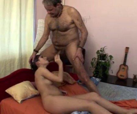 Дочь зашла проведать отца и минетом пробудила в нём животную страсть