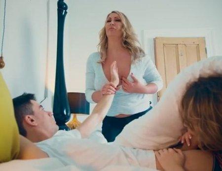 Мама спалила девушку под одеялом сына и дала урок секса молодым