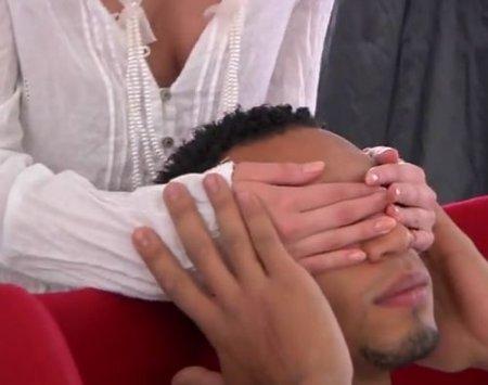 Задвинул член в жопу и отодрал девушку в белых обтягивающих штанах