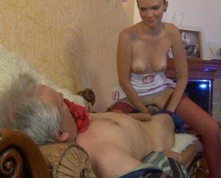Девушка в костюме медсестры лечит сексом больного богатого папика