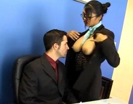 Жесткий офисный фемдом секс босса с грудастой азиаткой секретаршей
