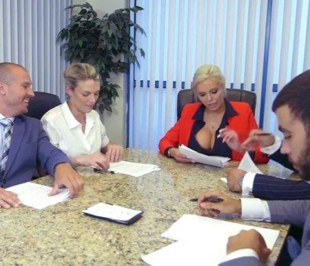 На столе во время совещания наказала сотрудника на глазах у всех коллег